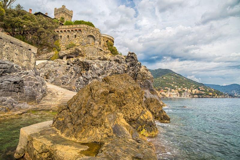 Sikt av Pieve Ligure och på Sori på bakgrunden, italienska städer av ligurian riviera, Genua landskap, Italien arkivfoto