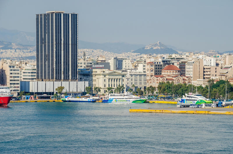 Sikt av Piraeus med det Piraeus tornet royaltyfri fotografi