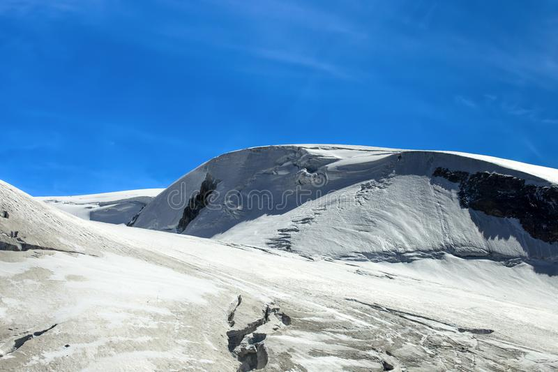 Sikt av platån Rosa i Val D ` Aosta, Italien Det är en glaciär som lokaliseras i den schweiziska Valaisen i Penninefjällängarna,  arkivfoton