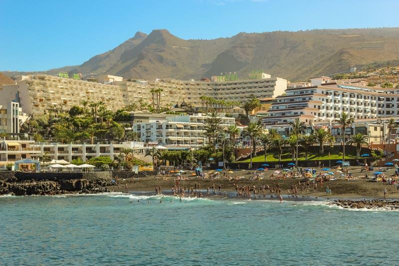 Sikt av Playaen de la Arena och vulkaniska berg på västkusten av den Tenerife ön, med svarta sand- och lavaklippor på arkivbilder