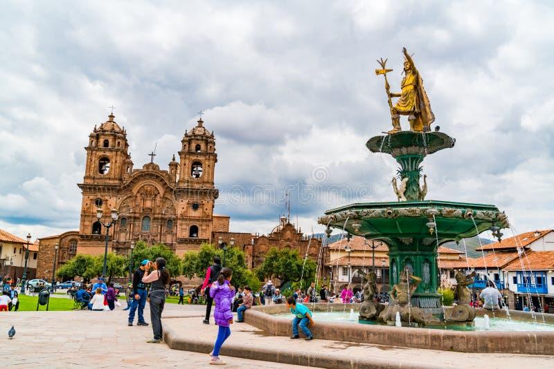 Sikt av Plaza de Armas med statyn av Pachacuti och domkyrkabasilikan av antagandet av oskulden i Peru arkivbilder