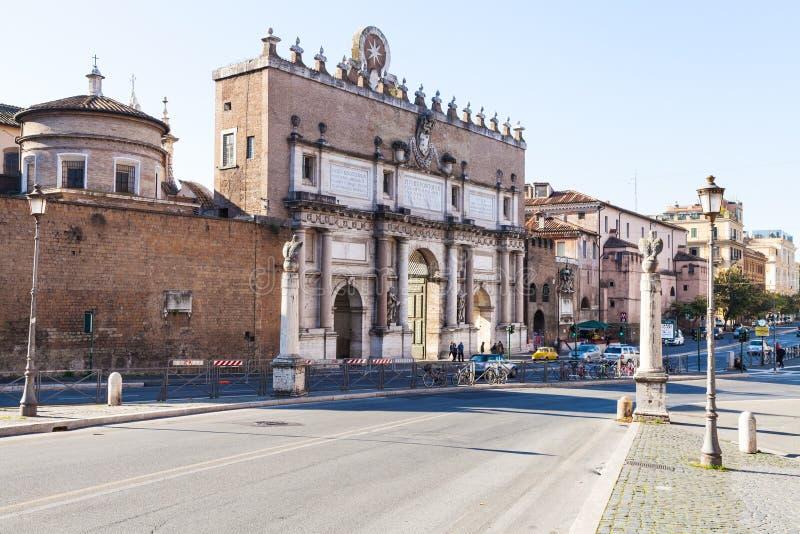 Sikt av Porta del Popolo i den Rome staden arkivfoton