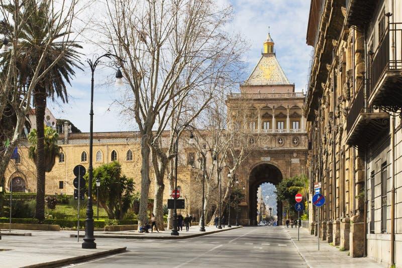 Sikt av Porta Nuova i Palermo royaltyfri foto