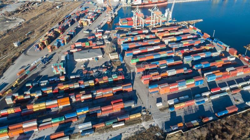 Sikt av portbehållareterminalen Industriell lasthamn med skepp och kranar arkivbild