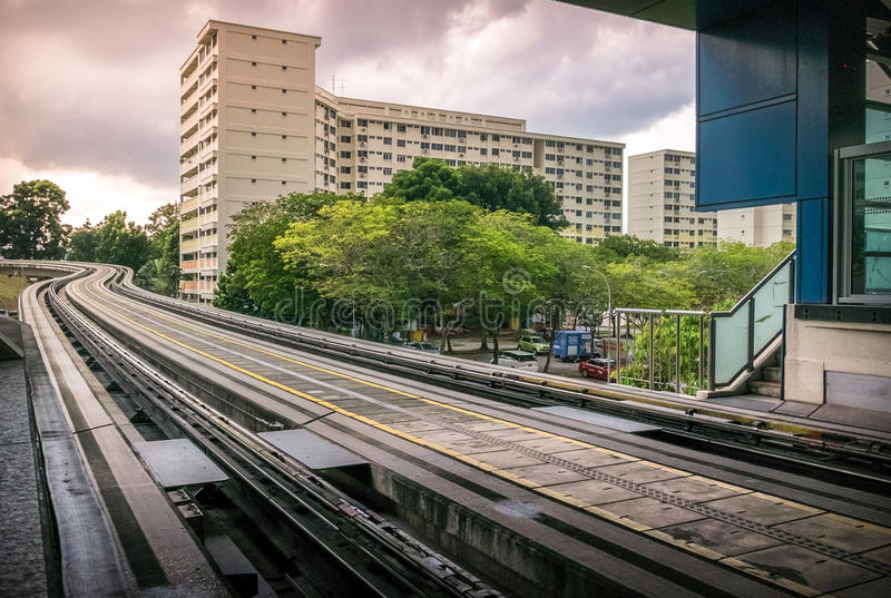 Sikt av portionen för LRT-stationsspår längs offentliga bostads- huslägenheter i Bukit Panjang royaltyfria foton