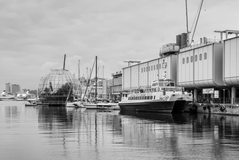 Sikt av Porto Antico den gamla hamnen av Genua, Italien fotografering för bildbyråer