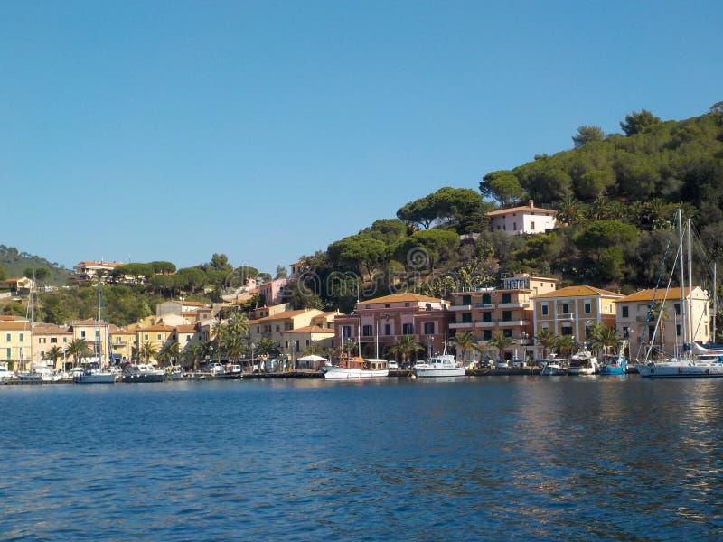 Sikt av Porto Azzurro i Elba Island från havet arkivfoto