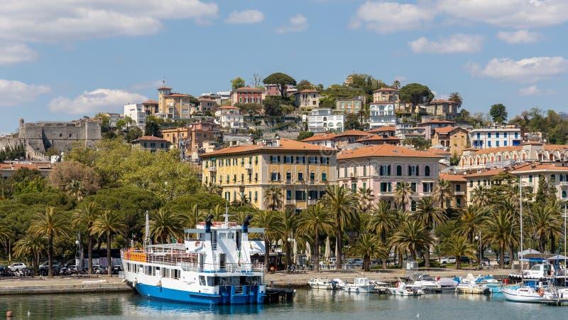 Sikt av portområdet i La Spezia Liguria Italien på April 19, 2019 Oidentifierat folk arkivfoto