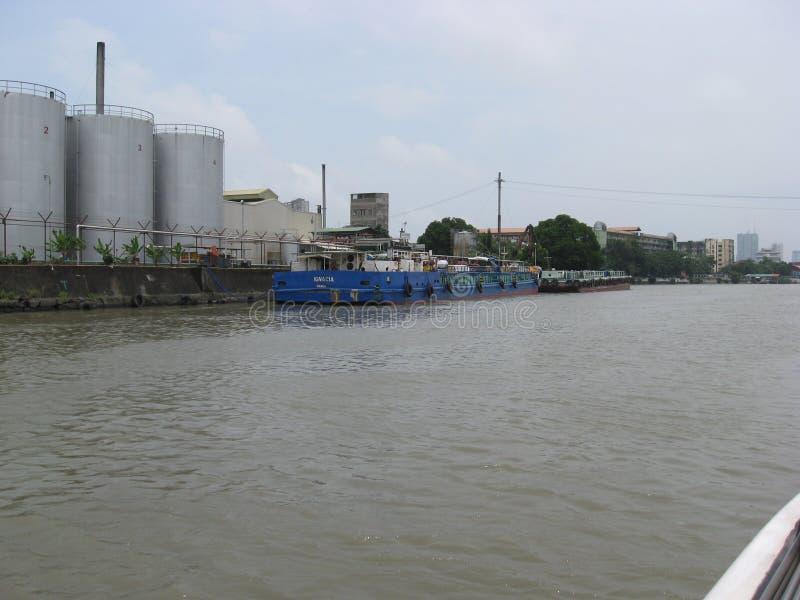 Sikt av pråm som anslutas i en industriområde längs den Pasig floden, Manila, Filippinerna arkivbild