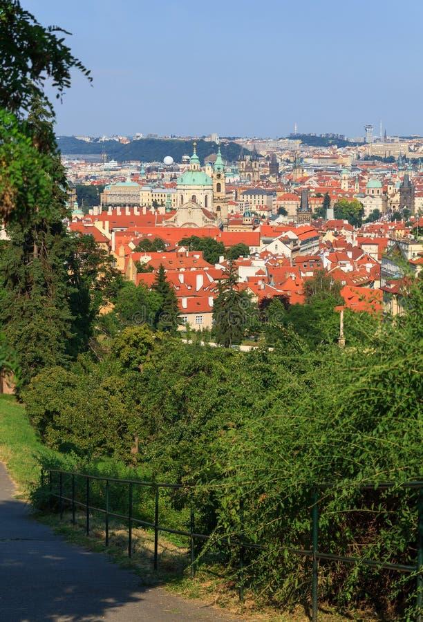 Sikt av Prague med tegelplattatak arkivfoton
