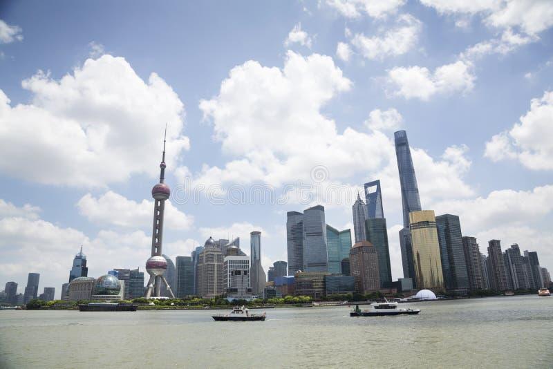 Download Sikt Av Pudong Horisont Vid Huangpu River Mot Molnig Himmel Fotografering för Bildbyråer - Bild av högt, destinationer: 78731345