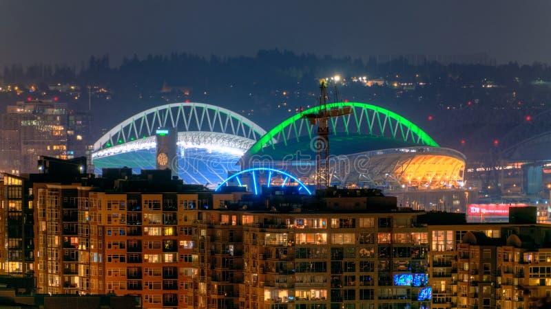 Sikt av Puget Sound med blåa himlar och i stadens centrum Seattle, Washington, USA royaltyfria bilder