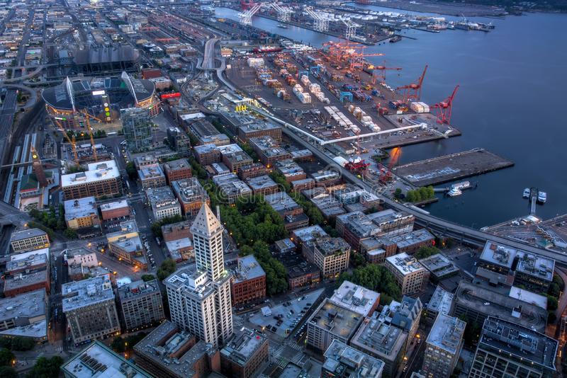 Sikt av Puget Sound med blåa himlar och i stadens centrum Seattle, Washington, USA fotografering för bildbyråer