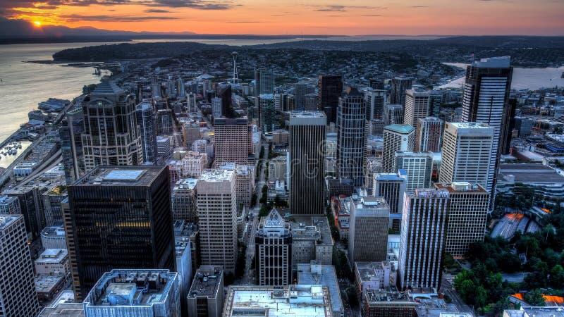 Sikt av Puget Sound med blåa himlar och i stadens centrum Seattle, Washington, USA arkivfoton