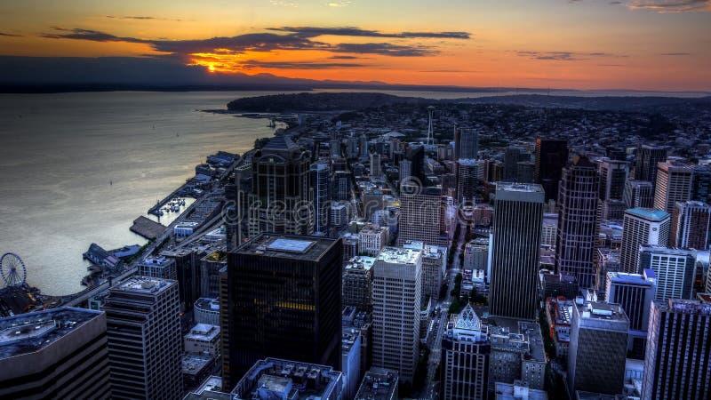 Sikt av Puget Sound med blåa himlar och i stadens centrum Seattle, Washington, USA arkivbild