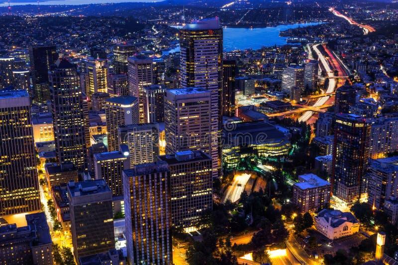 Sikt av Puget Sound med blåa himlar och i stadens centrum Seattle, Washington, USA arkivfoto
