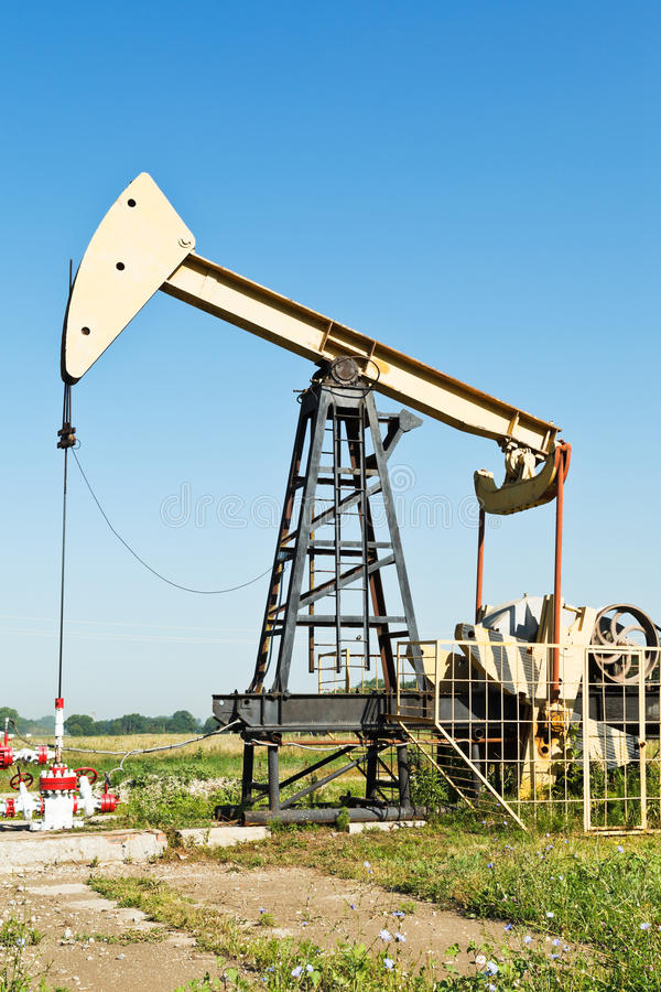 Sikt av pumpjack som pumpar olja arkivbild