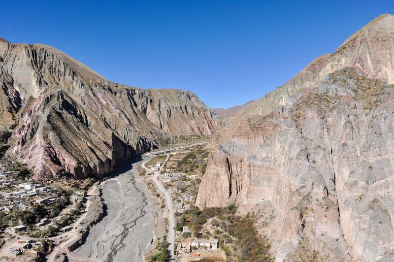 Sikt av Quebradaen de la Humahuaca i Iruya, Argentina fotografering för bildbyråer