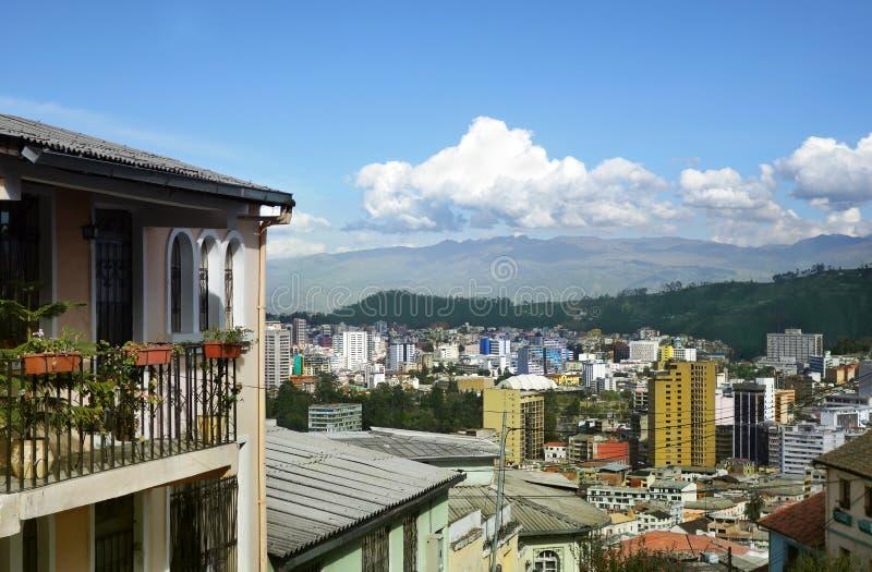 Sikt av Quito Ecuador med Anderna berg fotografering för bildbyråer