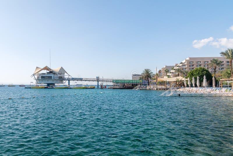 Sikt av Röda havet med att dyka den mittCusto klubban i Eilat royaltyfri foto