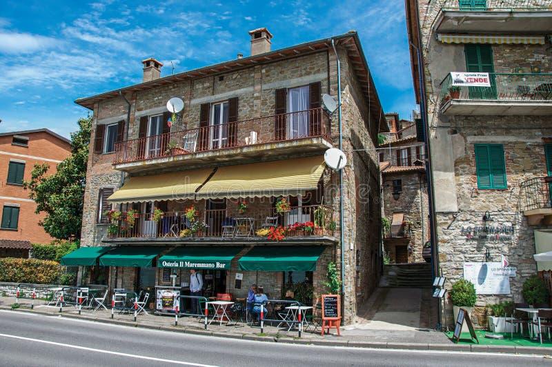 Sikt av restaurangen i gammal byggnad i den byPassignano sulen Trasimeno royaltyfri fotografi
