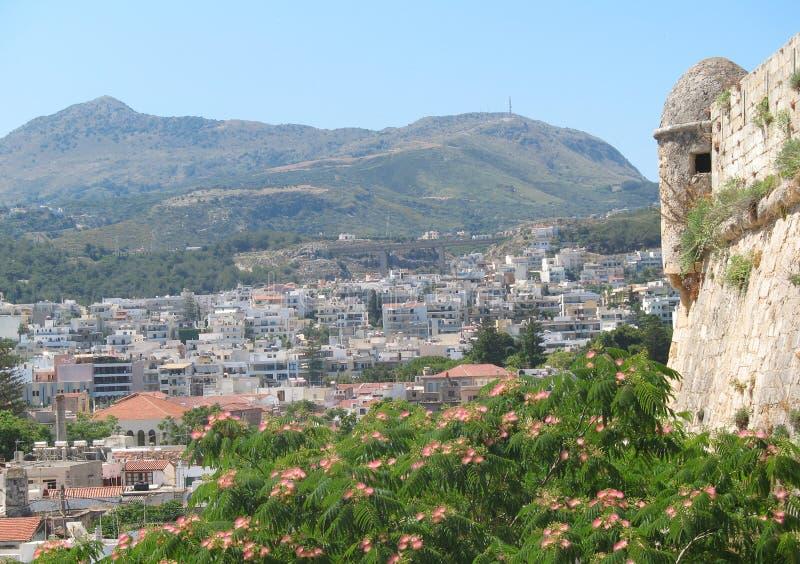 Sikt av Rethymnon på en solig sommardag, Kreta, Grekland fotografering för bildbyråer