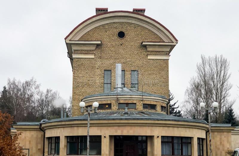 Sikt av Riga krematoriumbyggnad som lokaliseras på den Varonu gatan i Riga, Lettland arkivbilder