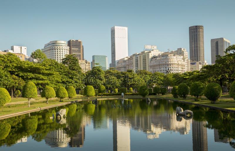 Sikt av Rio de Janeiro som är i stadens centrum från den Praca Paris Paris fyrkanten royaltyfria bilder