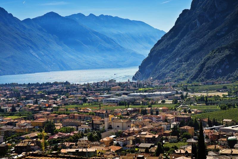 Sikt av Riva del Garda och Garda sjön arkivfoto