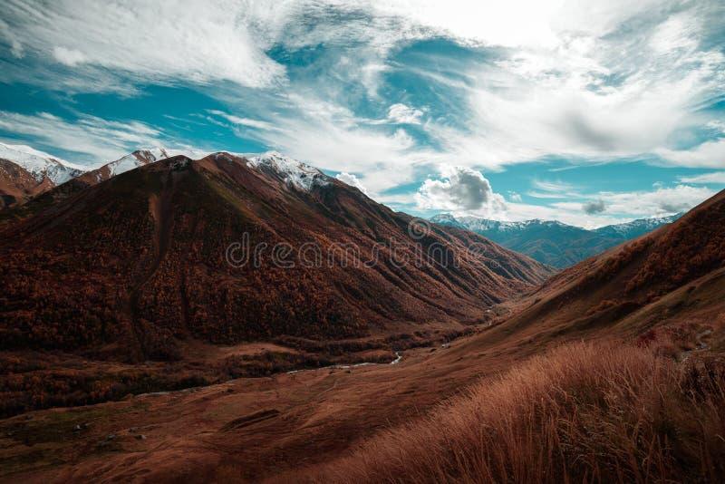 Sikt av Riveret Valley som omges av berg royaltyfri foto