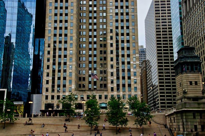 Sikt av riverwalkplacering i förgrund med Wacker drev i bakgrund och folk som tycker om en sommardag längs Chicagoet River fotografering för bildbyråer