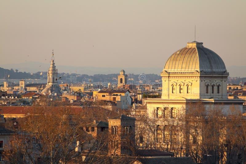 Sikt av Rome tak: judisk synagoga, tornspira av den helgonIvo allaen Sapienza, Towerbell av helgonet Augustine Church royaltyfri fotografi