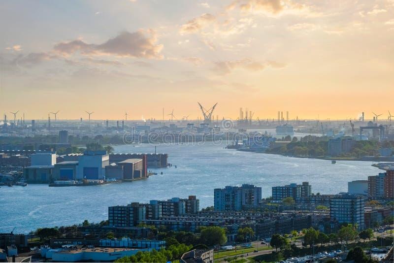 Sikt av Rotterdam port och den Nieuwe Maas floden royaltyfri foto