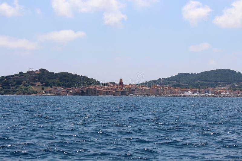 Sikt av Saint Tropez och golfen fr?n havet Saint Tropez Provence-Alpes-CÃ'te D 'Azur, sydöstliga Frankrike royaltyfria foton