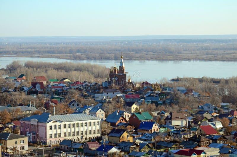Sikt av Samara City med kyrkan och Volga River från siktspunkten av järnvägsstationen royaltyfri fotografi