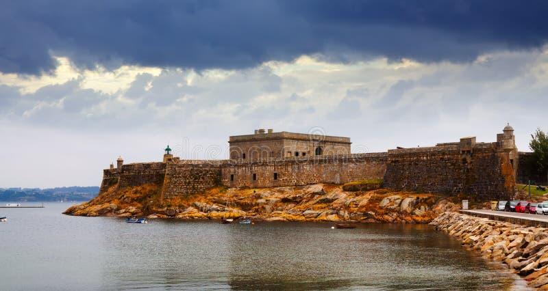 Sikt av San Anton Castle i en Coruna arkivbilder