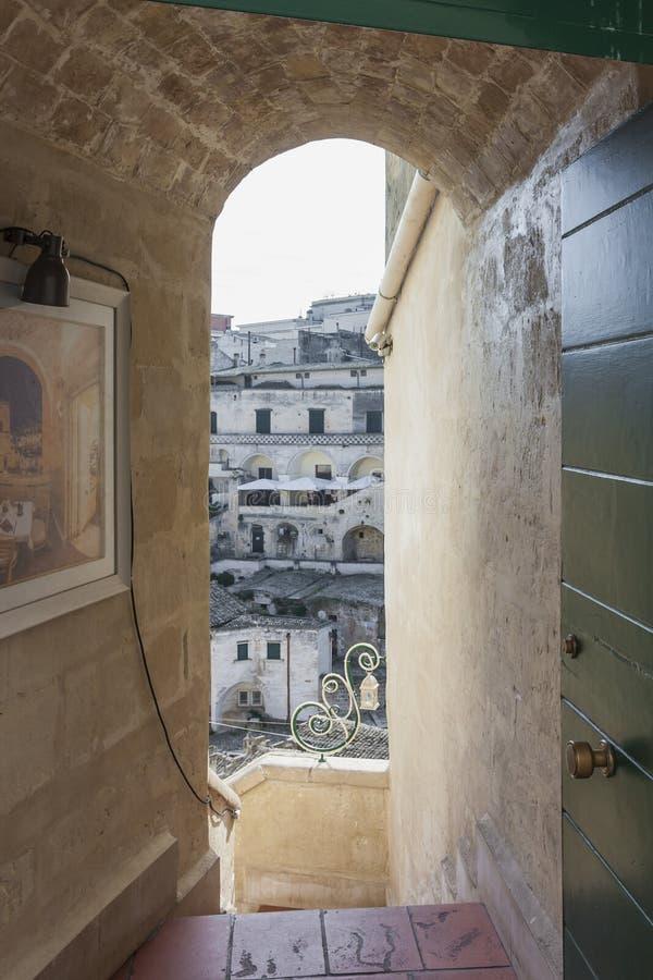 Sikt av Sassien av Matera till och med en dörr royaltyfria bilder