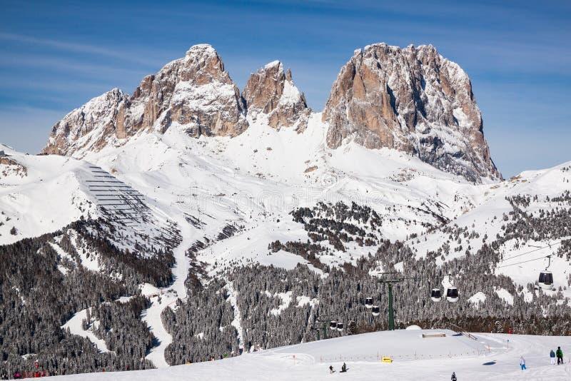 Sikt av Sassolungoen & x28en; Langkofel& x29; Grupp av de italienska dolomitesna i vinter från belvederen Ski Area i Canazei royaltyfria bilder