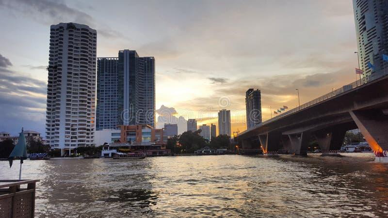 Sikt av sathornområdet och chaoen Phraya River i bangkok royaltyfri bild