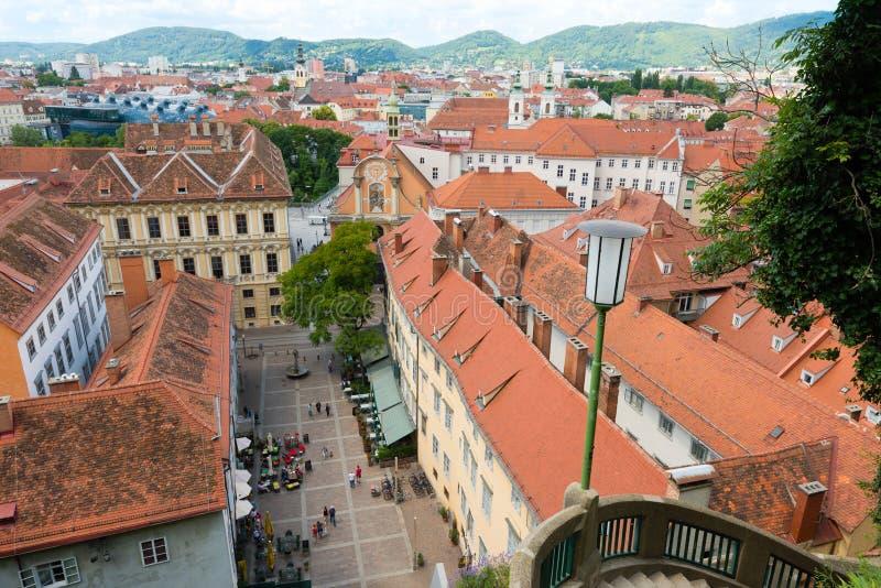 Sikt av Schlossbergplatzen, slottkullefyrkant, i Graz, Österrike royaltyfria bilder