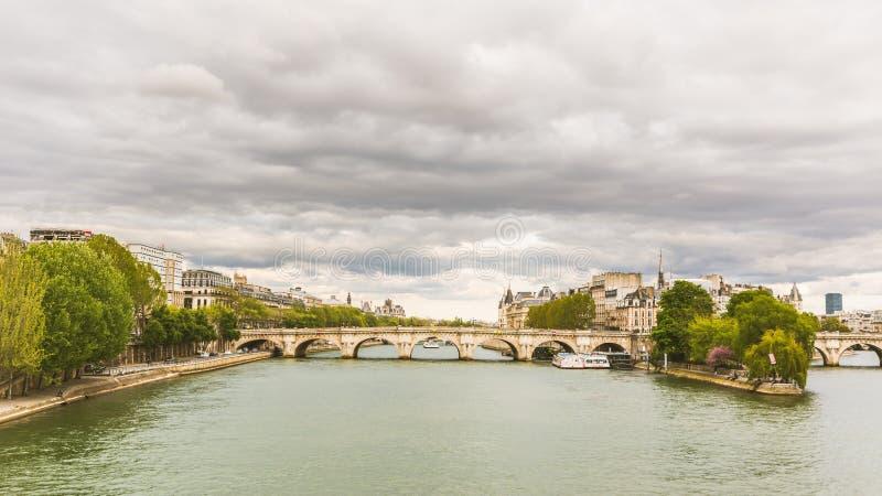 Sikt av Seine och Ile de la Citera i Paris royaltyfri bild