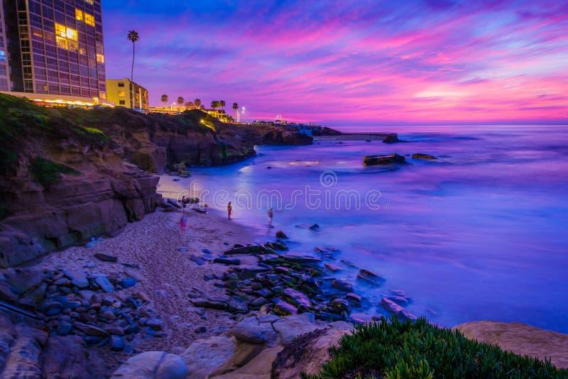Sikt av Shell Beach och Stilla havet på solnedgången, i La Jolla royaltyfri bild
