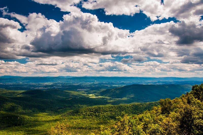 Sikt av Shenandoahet Valley och de Appalachian bergen från George Washington National Forest, Virginia. royaltyfri fotografi