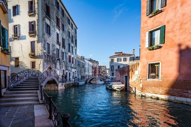 Sikt av sidokanalen och broar av Grand Canal i Venedig, Italien arkivfoton