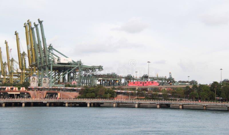 Sikt av Singapore port på fjärden från den Sentosa ön arkivbild