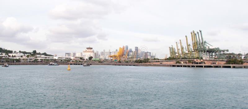 Sikt av Singapore port på fjärden från den Sentosa ön fotografering för bildbyråer