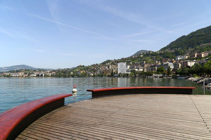Sikt av sjöGenève och fjällängarna från staden av Montreux, Schweiz fotografering för bildbyråer