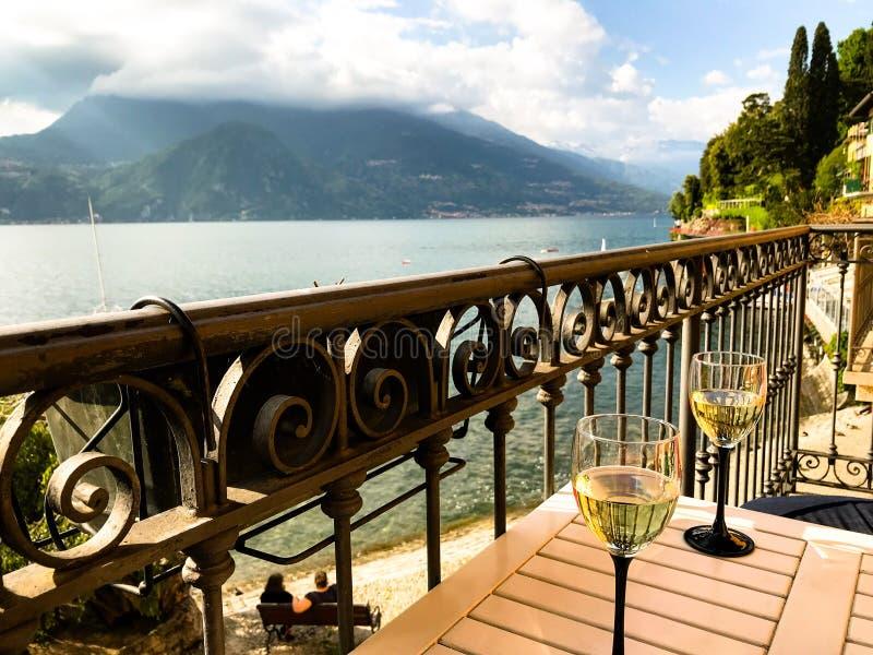 Sikt av sjön Como från en balkong i Varenna royaltyfria foton