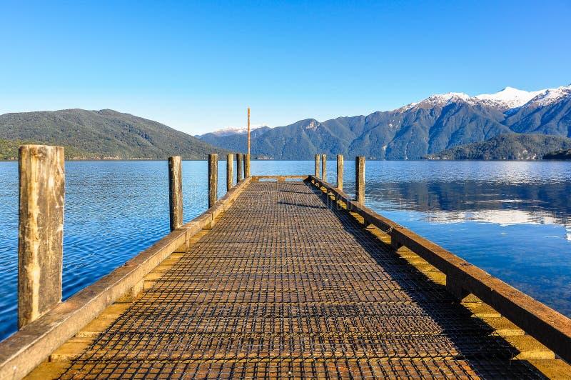 Sikt av sjön Hauroko i den södra ön, Nya Zeeland royaltyfri bild