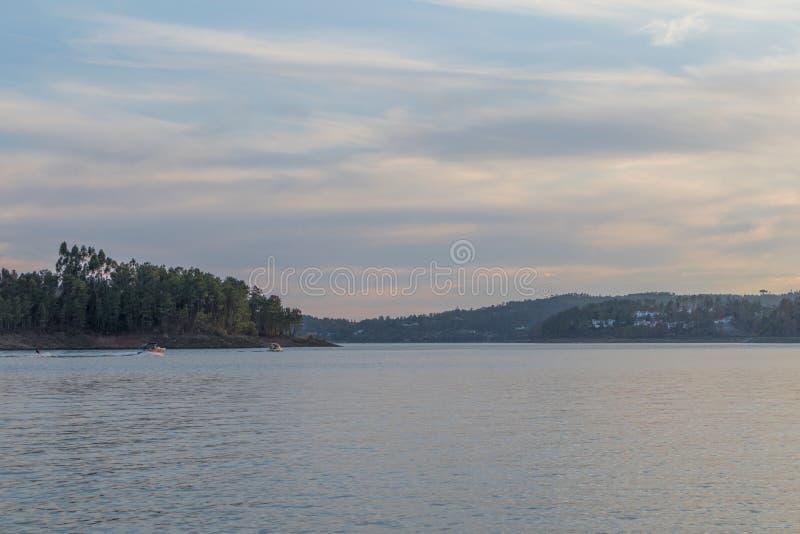 Sikt av sjön med solnedgång och fartyg Serra de Tomar portugal fotografering för bildbyråer